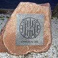 Kamienny obelisk w 23 Bazie Lotnictwa Taktycznego, na którym znajduje się tablica, a na niej godło 303 Dywizjonu Myśliwskiego.