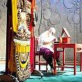 Aktor na scenie maluje się do spektaklu opery chińskiej. #Chiny